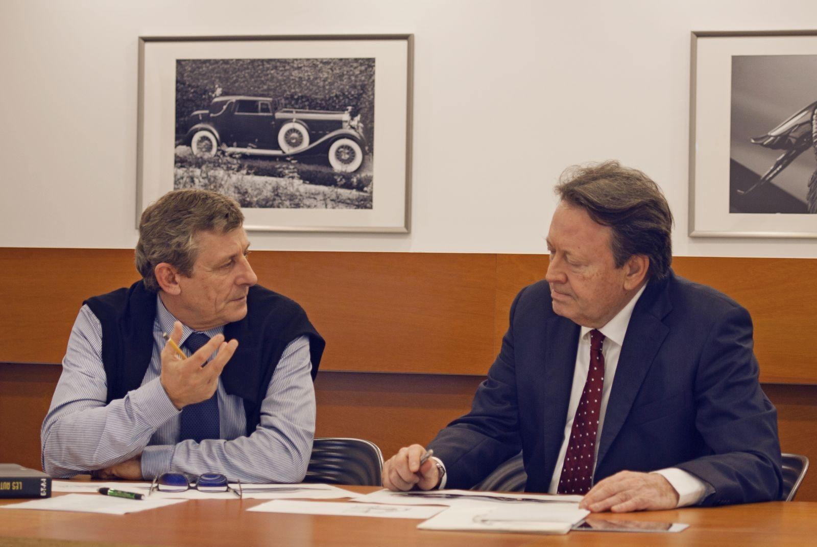 Оливье Буле (слева) и Эрвин Лео Химмель (справа) обсуждают дизайн нового спорткара Hispano Suiza.