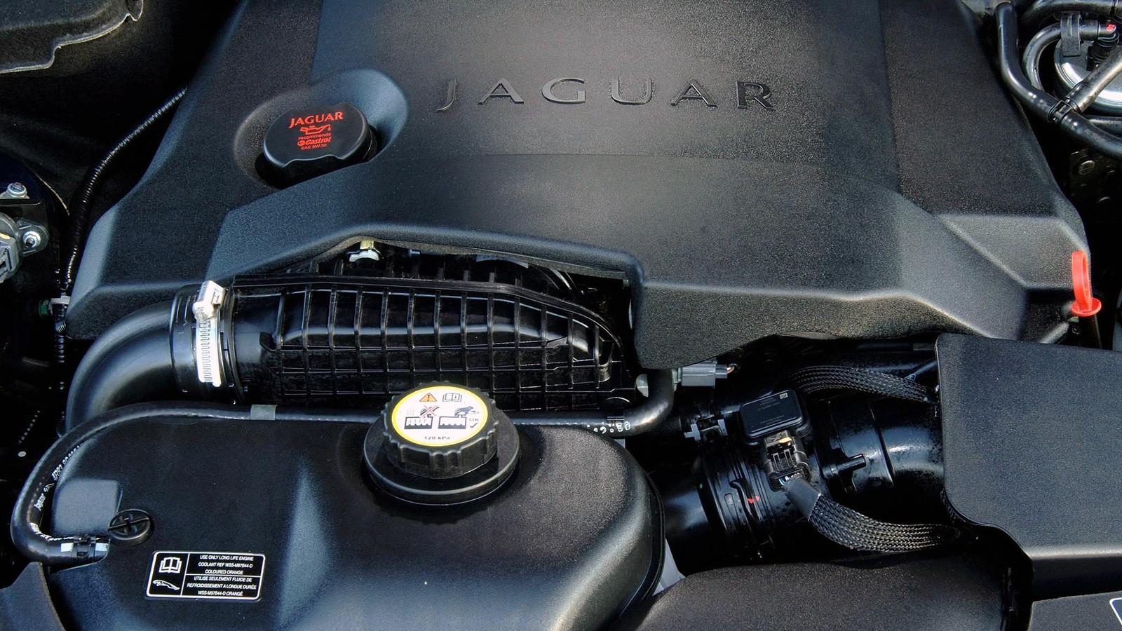 На фото: Под капотом Jaguar S-Type '2003–06