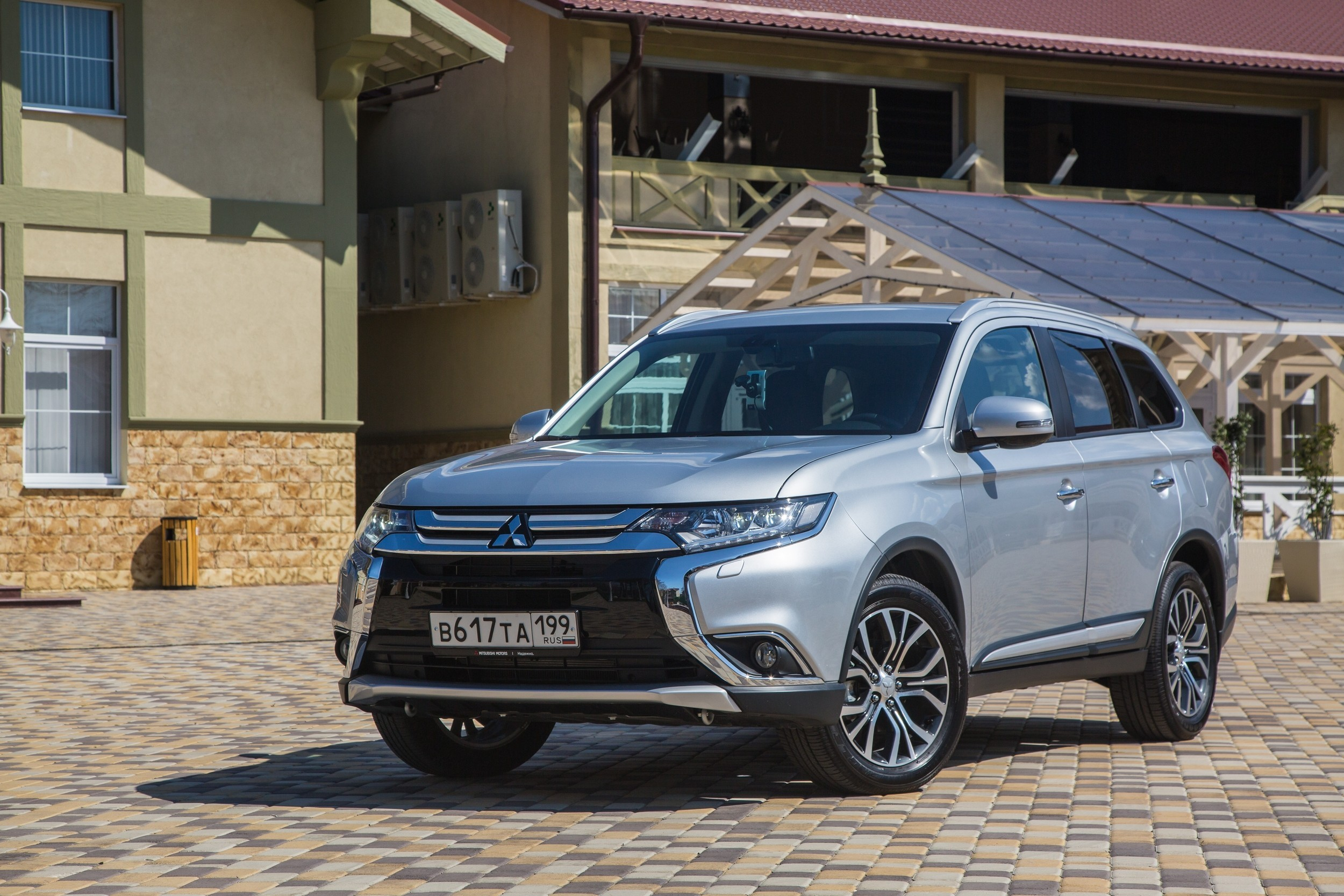 Mitsubishi_Outlander_MY2016_Car_008