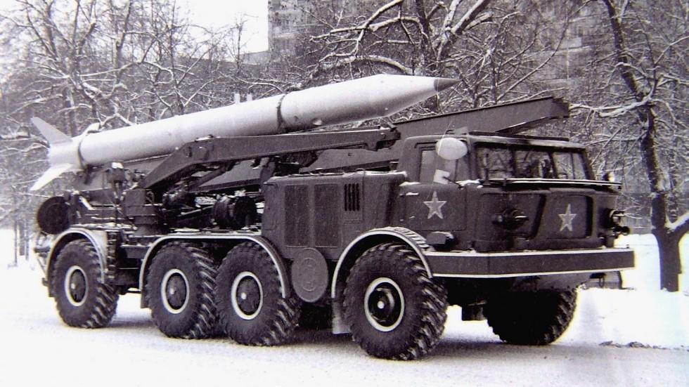 Возвращение ракетного комплекса «Луна-М» с парада. Москва, 1971 год (фото автора)