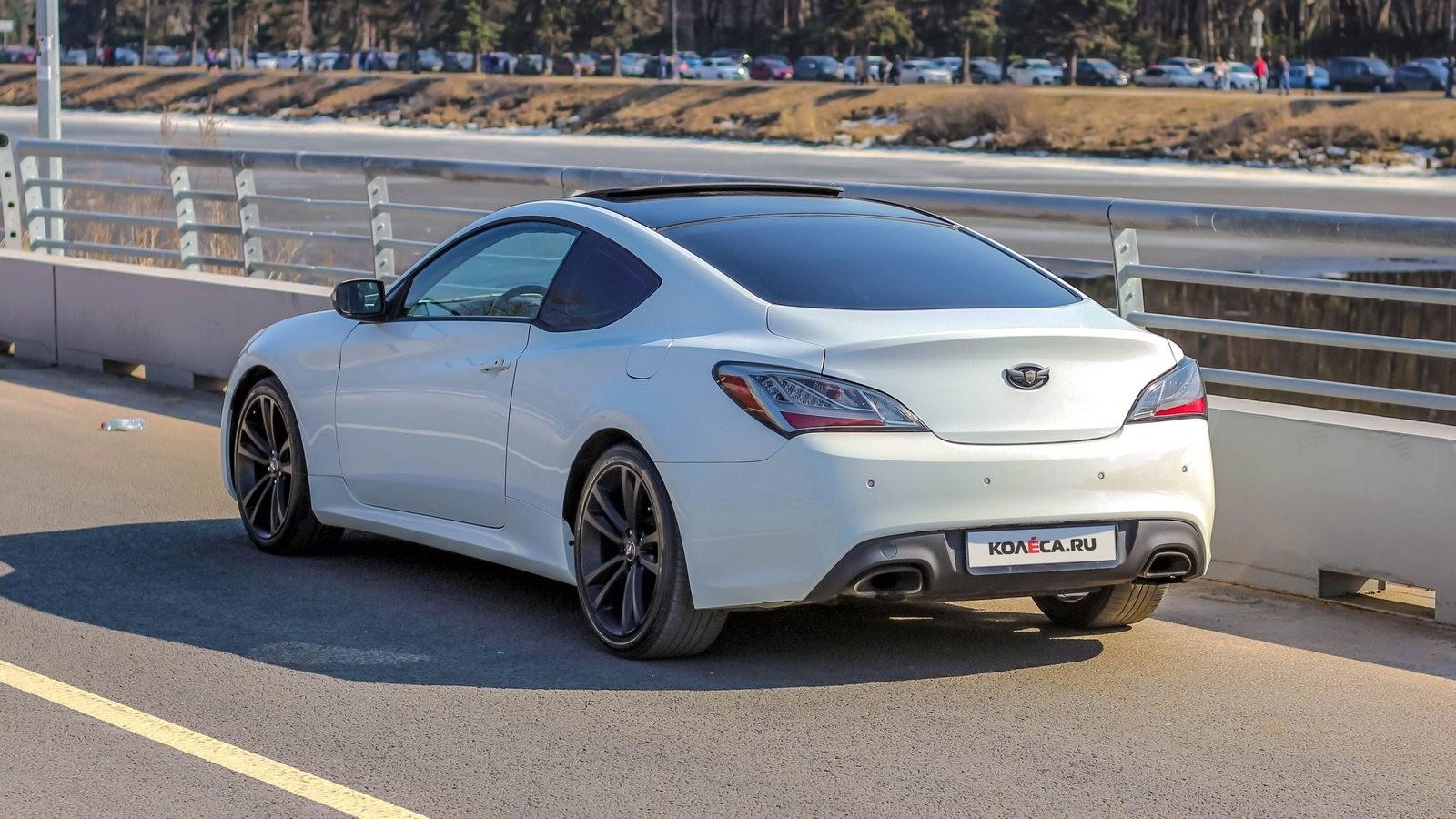 Hyundai Genesis Coupe белый вид сзади