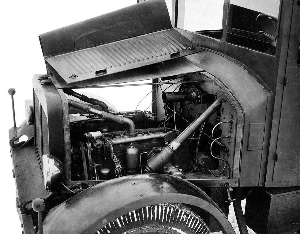 Два обычных мотора от ЗИС-5 под капотом машины НАТИ-2М