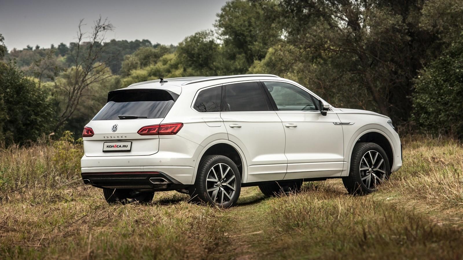 Volkswagen Touareg белый сзади (2)