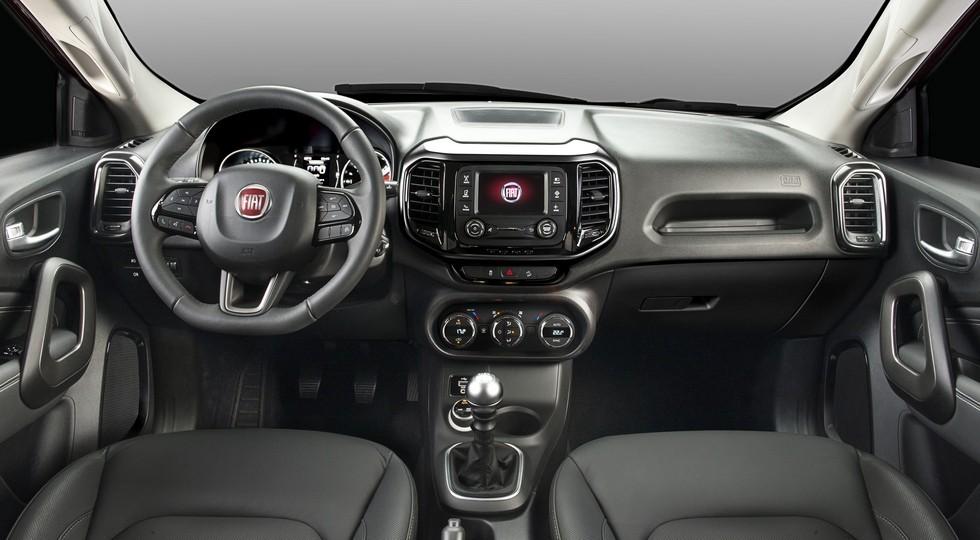 На фото: интерьер Fiat Toro
