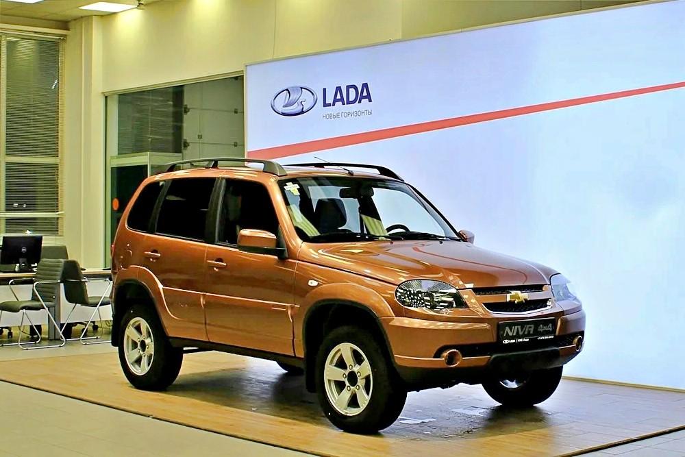 И так сойдёт: Chevrolet Niva въехала в шоу-румы Lada без рестайлинга