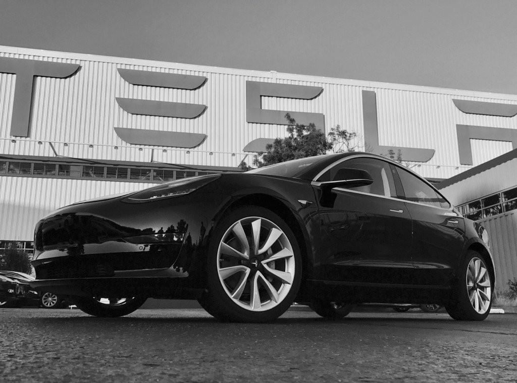На фото: первый экземпляр Tesla Model 3