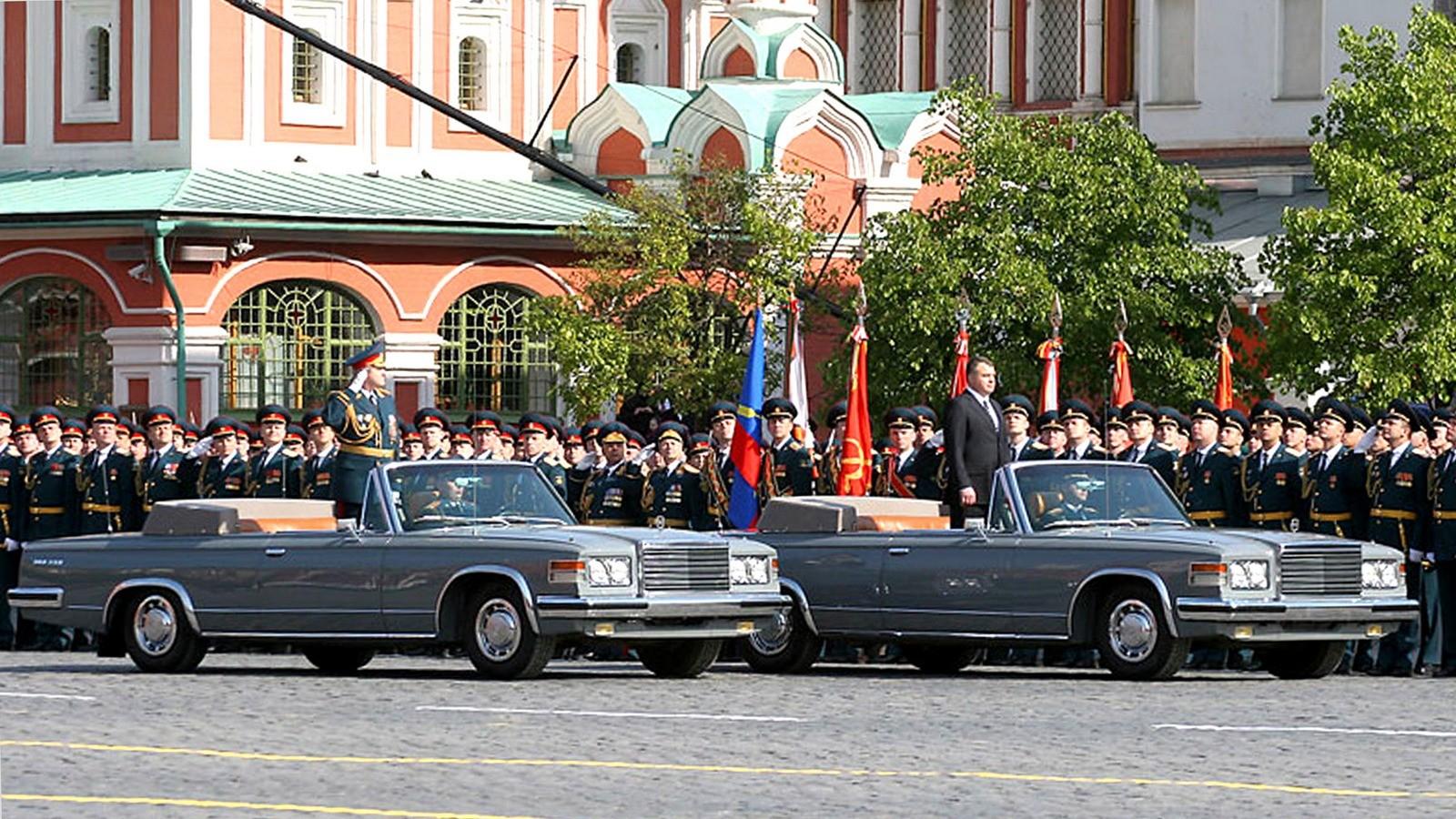 Министр обороны РФ А. Э. Сердюков принимает парад на автомобиле ЗИЛ-41044. 2008 год