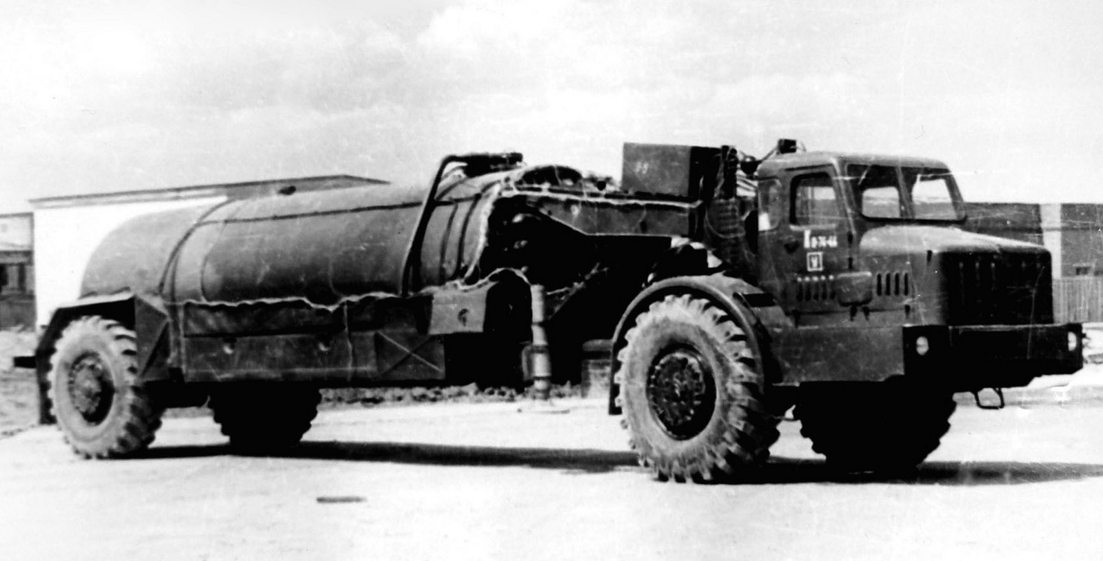 МАЗ-529Е с полуприцепным топливозаправщиком 8Г132 (из архива НИИЦ АТ)