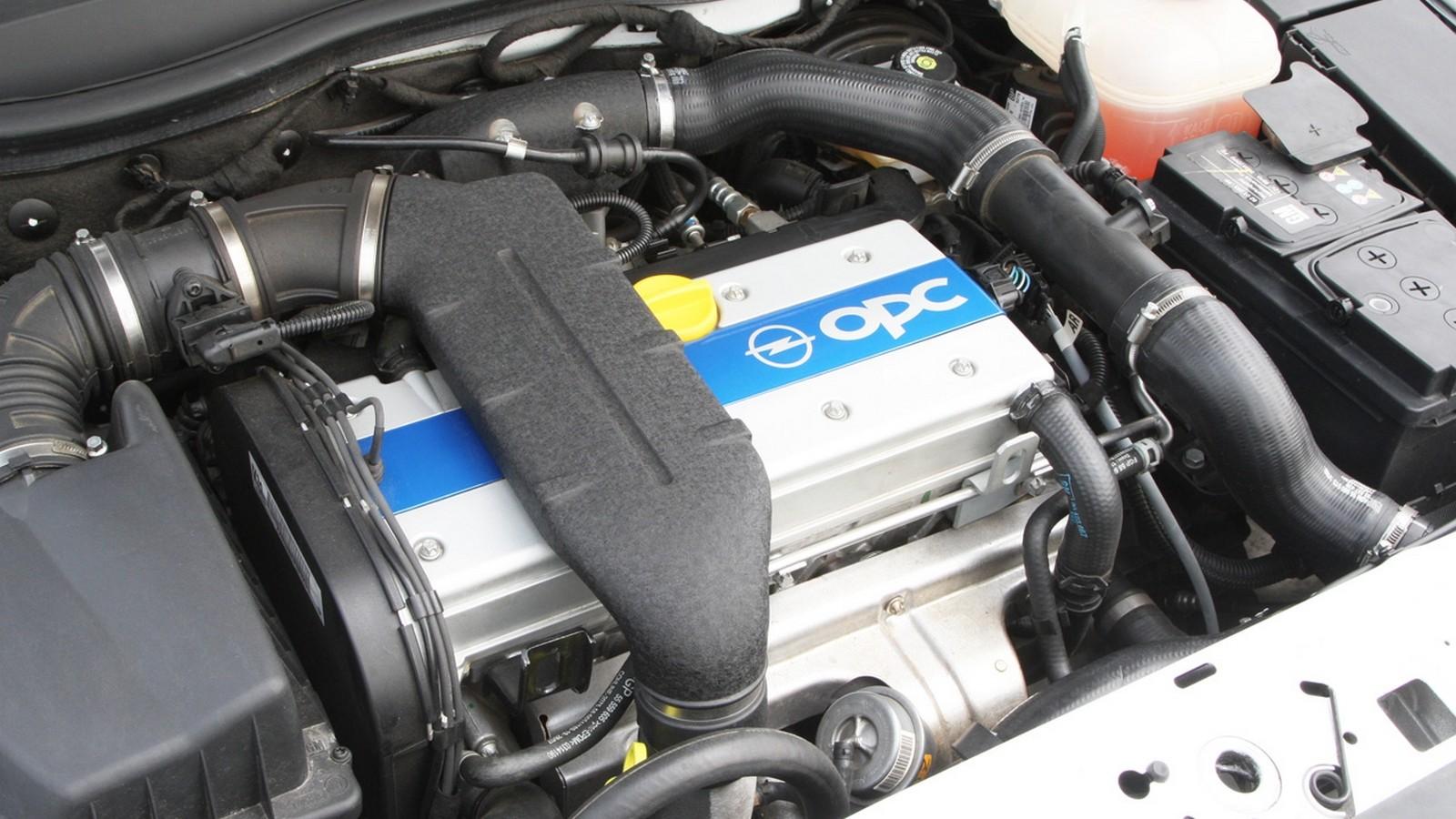 На фото: Под капотом Opel Astra OPC (H) '2005–10