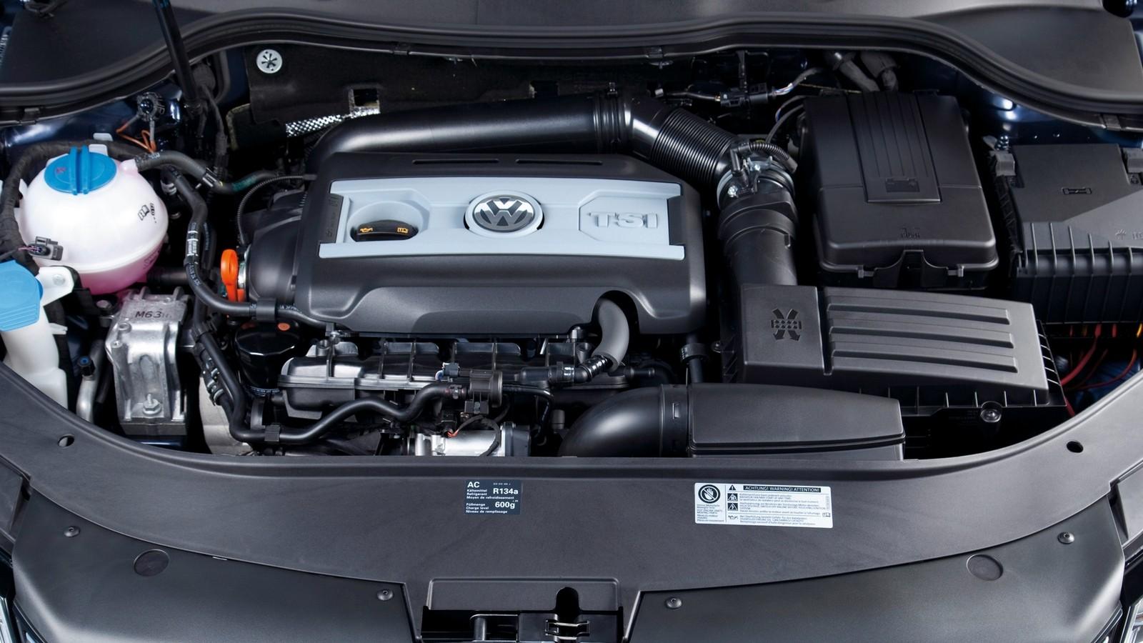 На фото: Под капотом Volkswagen Passat TSI Variant (B7) '2010–14