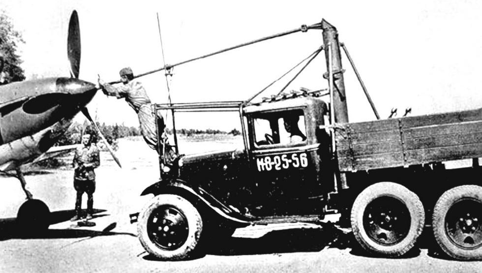 Аэродромный стартер АС-2 при механизированной заводке авиамотора