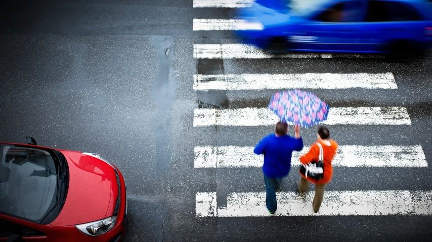 Сократилось число аварий с пострадавшими пешеходами. Всего было зафиксировано 20 401 такое ДТП. Этот результат на 3,7% меньше по сравнению с первой половиной 2018 года. В них погибло 1 775 человек (меньше на 9,9%), было ранено 19 434 участника (меньше на 3,2%).Есть и те показатели, которые, согласно статистике, выросли с начала 2019 года. К их числу относятся аварии с участием детей-пассажиров. Этот показатель увеличился почти на 5% (до 4 000 случаев). Поднялся и показатель раненых детей (на 5,2%), всего пострадало 4 655 человек. Однако количество погибших сократилось до 141 ребёнка (на 8,4%).Также к ним относятся ДТП из-за технически неисправного транспорта. За указанный период в России произошёл 2 821 случай, что на 4,8% больше по сравнению с январём-июнем 2018 года. В результате этих аварий погибло 437 человек (меньше на 8,7%), был ранен 4 081 участник (меньше на 7,4%).Ранее стало известно о том, что дорожные камеры в России начнут устанавливать в местах массовых аварий . Соответствующую методику размещения комплексов фото- и видеофиксации нарушений ПДД разработали в Министерстве транспорта РФ.