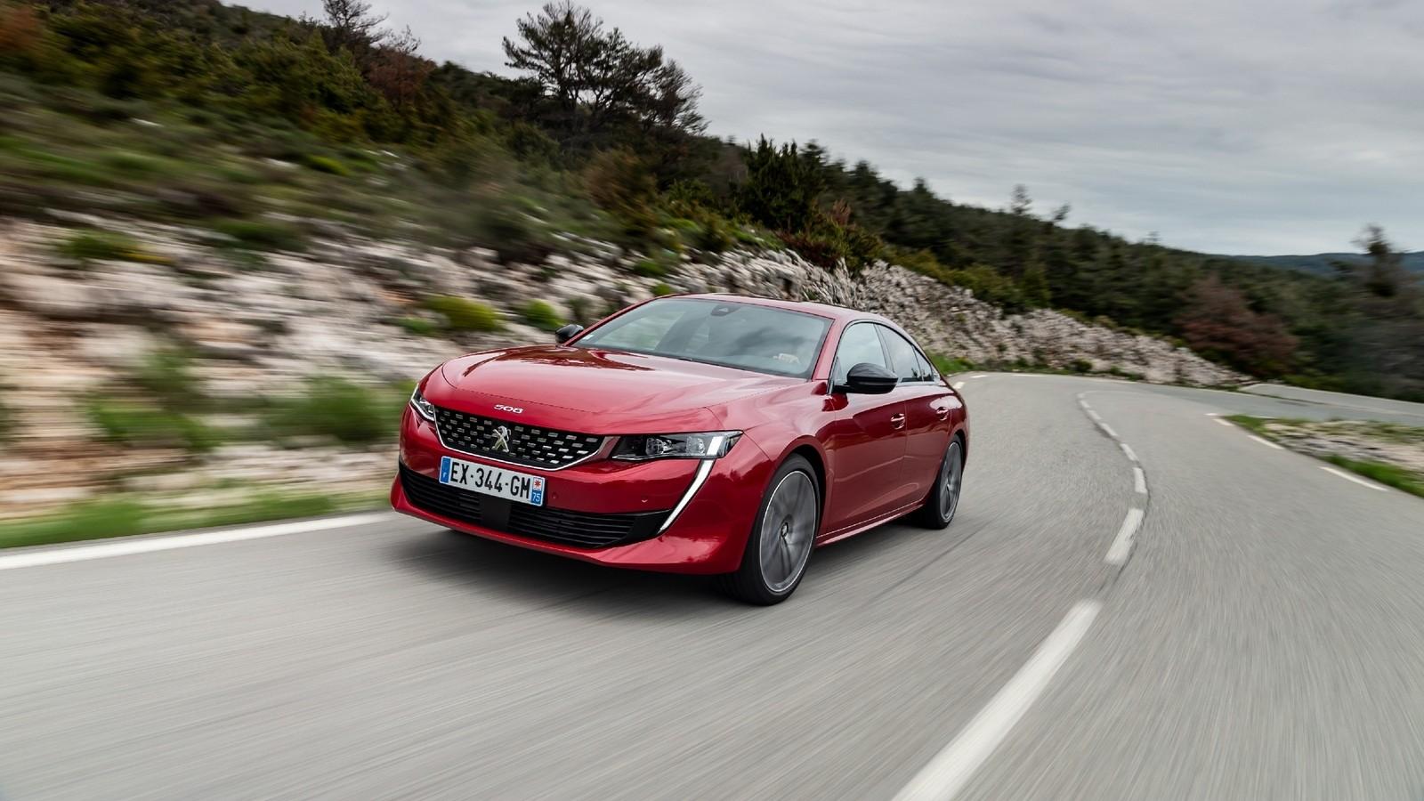 Peugeot 508 красная на трассе