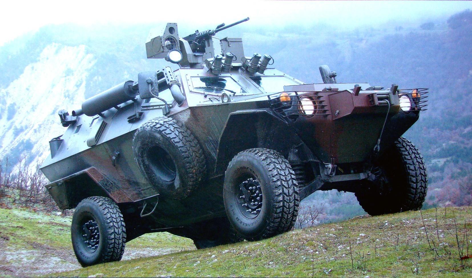 Машина Cobra с дистанционным управлением пулемета и лебедкой