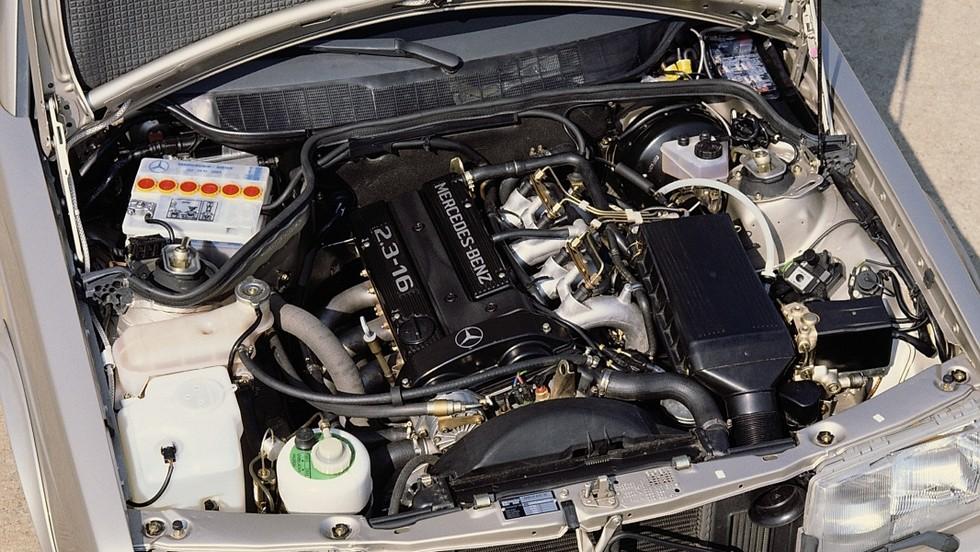 На фото: Под капотом Mercedes-Benz M102.983