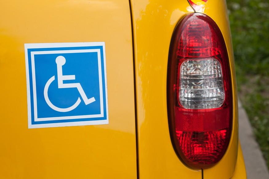Поправки не прошли: водителей-инвалидов не стали лишать штрафов за парковку