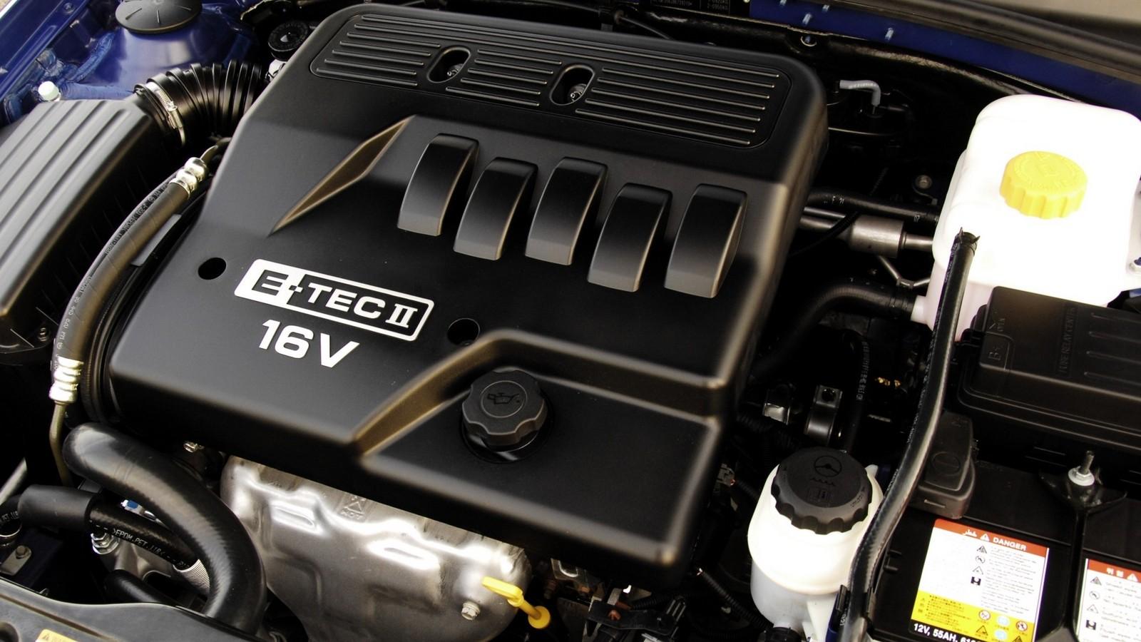 На фото: Под капотом Chevrolet Lacetti Wagon SX '2004–11