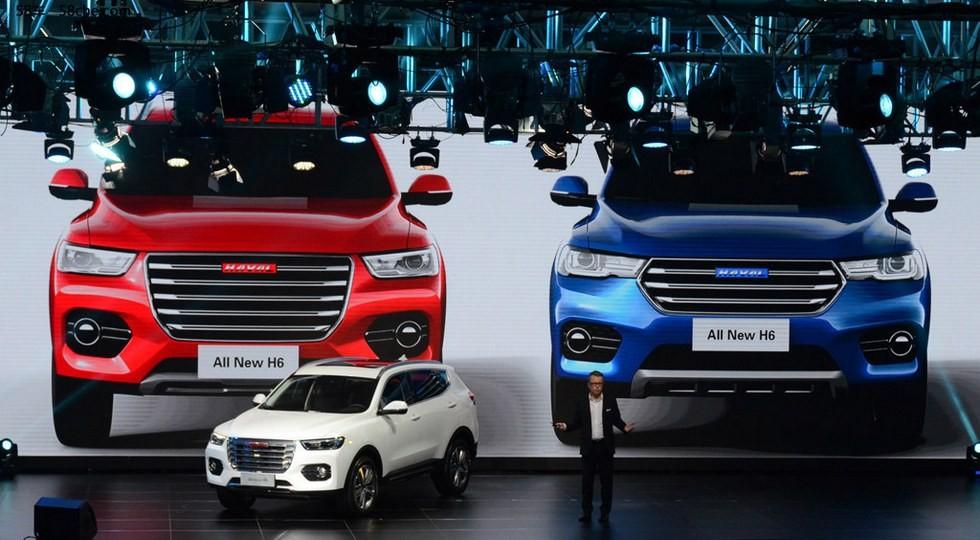 На фото, сверху: красный автомобиль - новый Haval H6 Red Label, синий кросс - будущий H6 Bkue Label