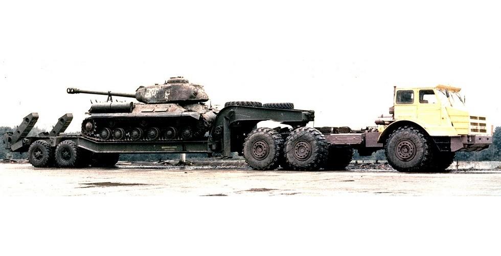 Тягач МоАЗ-74111 с двухосным танковым полуприцепом ЧМЗАП-5247Г (из архива А. Карасева)