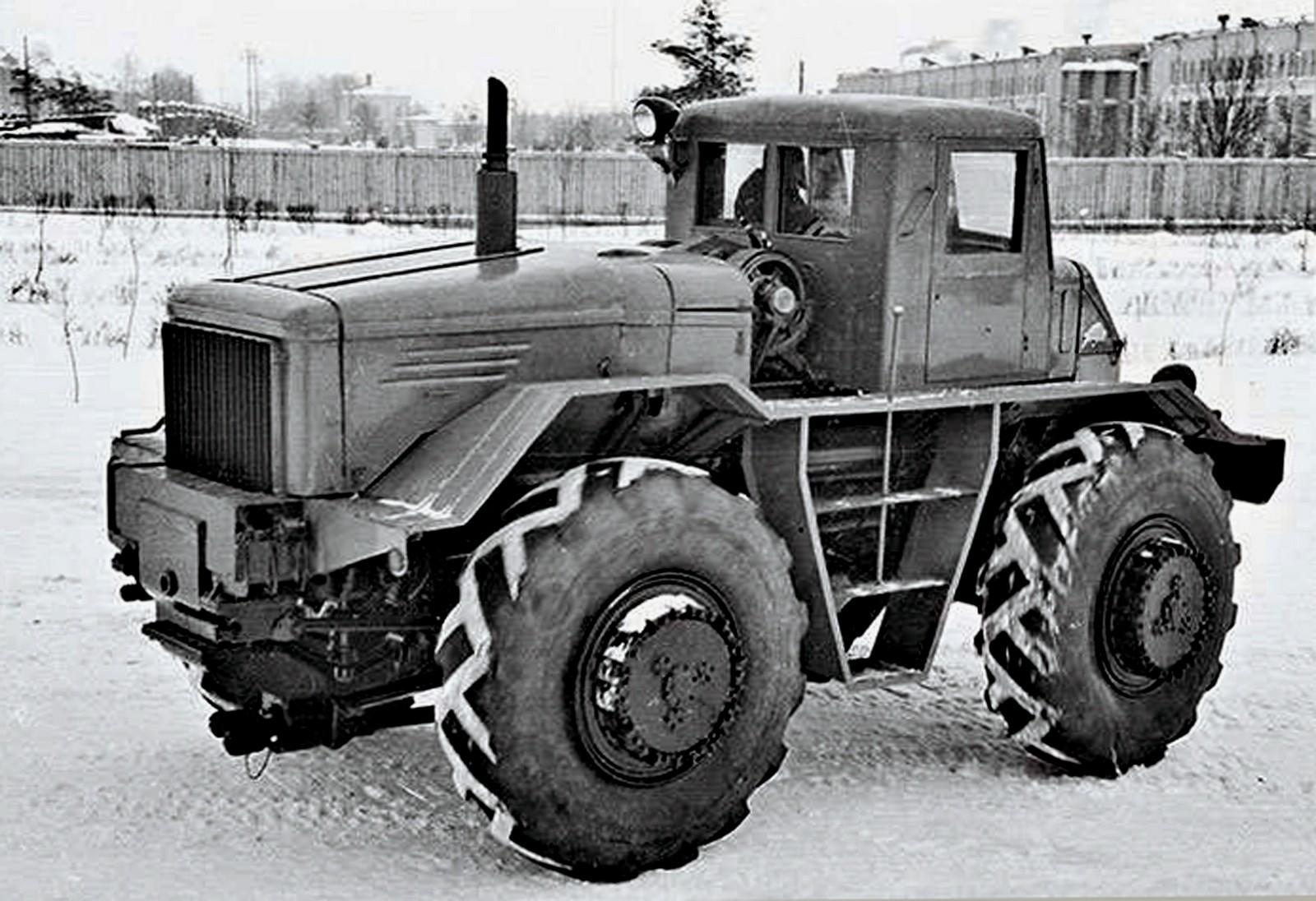 Опытный инженерный заднемоторный полноприводный тягач МАЗ-528