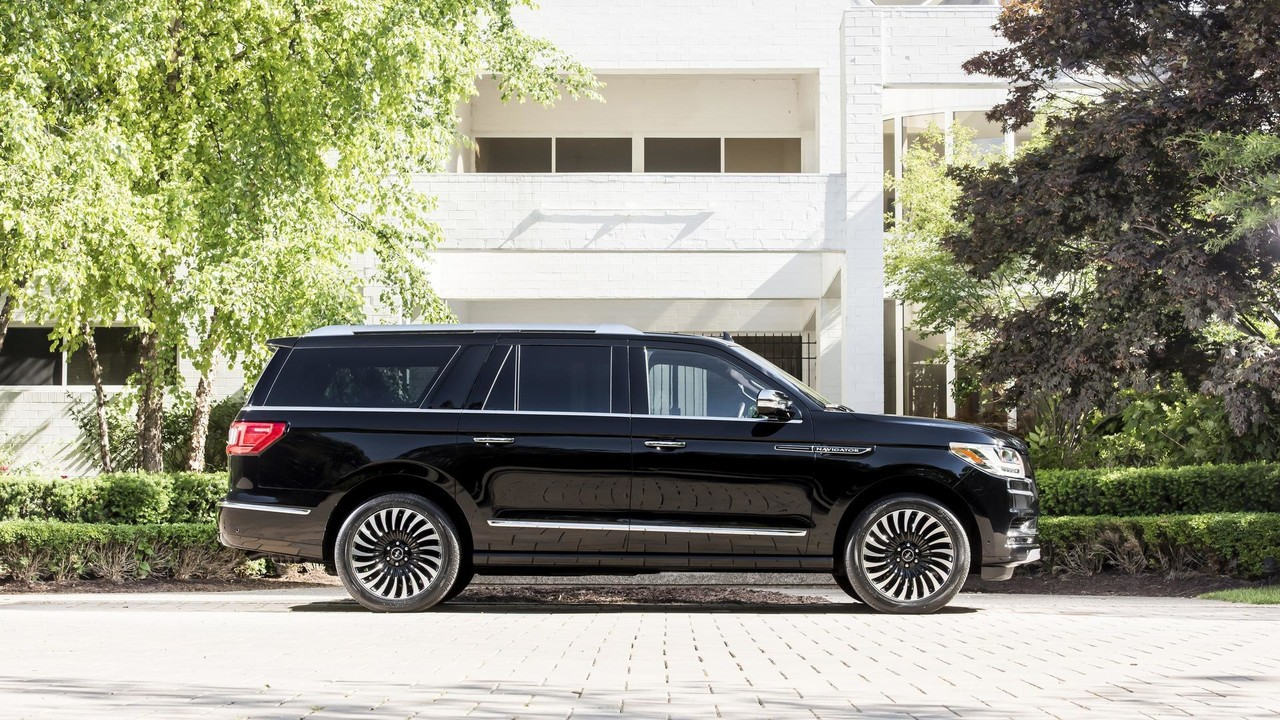 2018-lincoln-navigation-extended-length-3