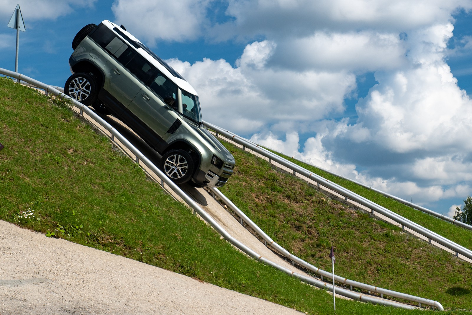 Возвращение Диско-4: новый Land Rover Defender на полигоне