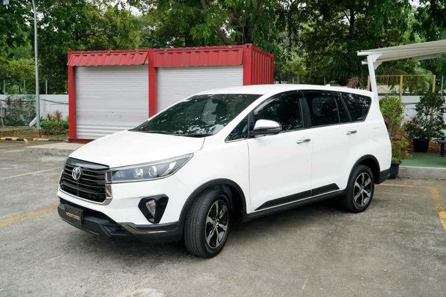 Обновлённый рамный минивэн Toyota Innova: теперь «роскошные» версии (есть телевизор)