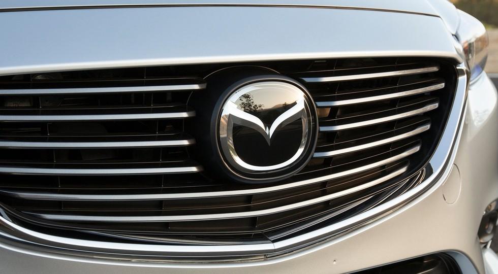На фото: логотип Mazda