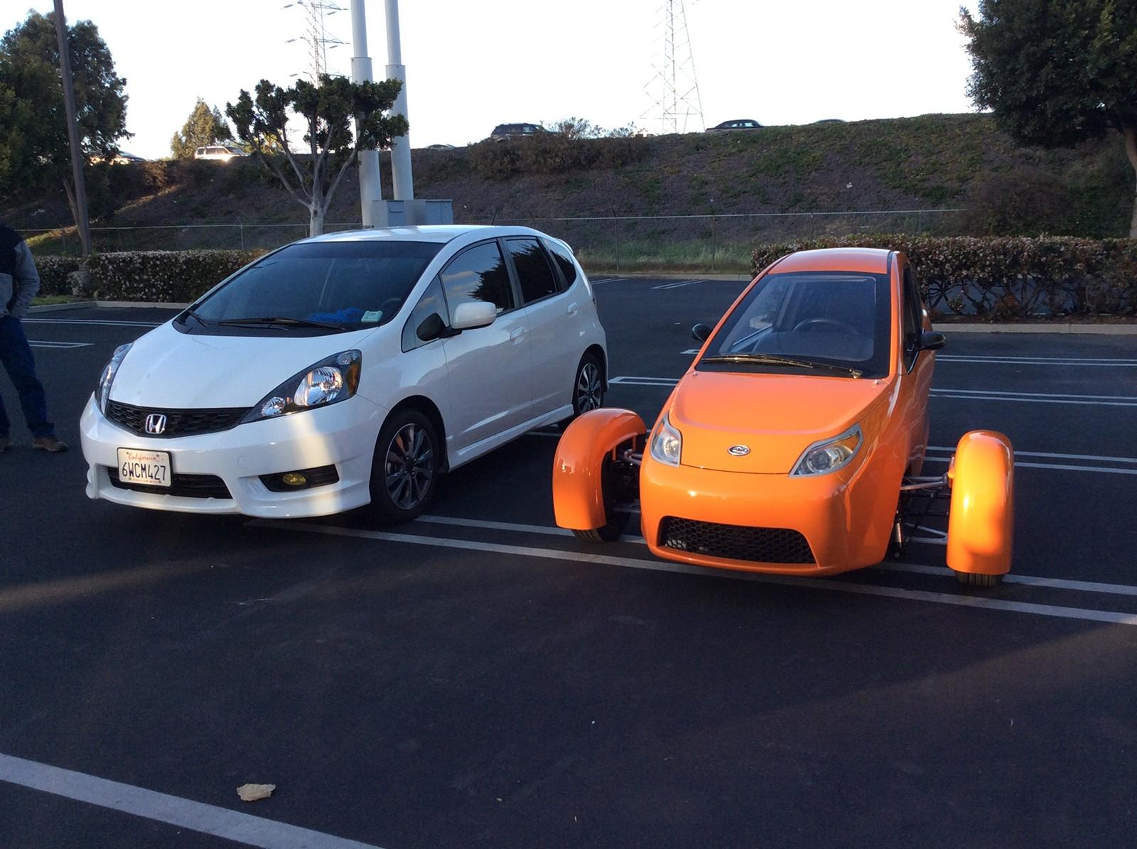 На фото: Elio рядом с обычным автомобилем