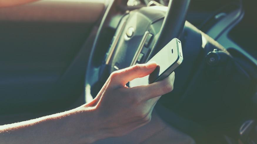 С помощью дорожных камер в РФ начнут штрафовать за разговор по телефону во время вождения