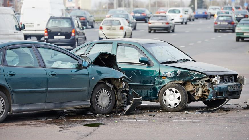 Согласно статистике ГИБДД, в РФ с начала года произошло 27 375 аварий при сопутствующих плохих дорогах. Этот результат на 13,6% меньше по сравнению с первым полугодием 2018-го. В этих авариях погибло 2 295 человек (меньше на 15,8%), было ранено 35 083 участника (меньше на 13,3%).Сократилось число аварий с пострадавшими пешеходами. Всего было зафиксировано 20 401 такое ДТП. Этот результат на 3,7% меньше по сравнению с первой половиной 2018 года. В них погибло 1 775 человек (меньше на 9,9%), было ранено 19 434 участника (меньше на 3,2%).Есть и те показатели, которые, согласно статистике, выросли с начала 2019 года. К их числу относятся аварии с участием детей-пассажиров. Этот показатель увеличился почти на 5% (до 4 000 случаев). Поднялся и показатель раненых детей (на 5,2%), всего пострадало 4 655 человек. Однако количество погибших сократилось до 141 ребёнка (на 8,4%).Также к ним относятся ДТП из-за технически неисправного транспорта. За указанный период в России произошёл 2 821 случай, что на 4,8% больше по сравнению с январём-июнем 2018 года. В результате этих аварий погибло 437 человек (меньше на 8,7%), был ранен 4 081 участник (меньше на 7,4%).Ранее стало известно о том, что дорожные камеры в России начнут устанавливать в местах массовых аварий . Соответствующую методику размещения комплексов фото- и видеофиксации нарушений ПДД разработали в Министерстве транспорта РФ.
