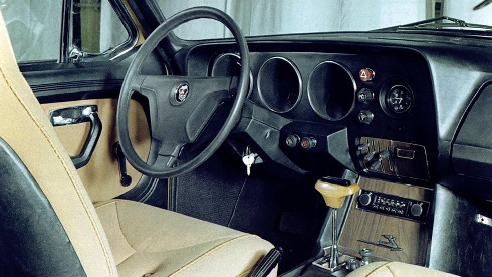 Интерьер ранних прототипов – нечто среднее между Волгой и Чайкой ГАЗ-14