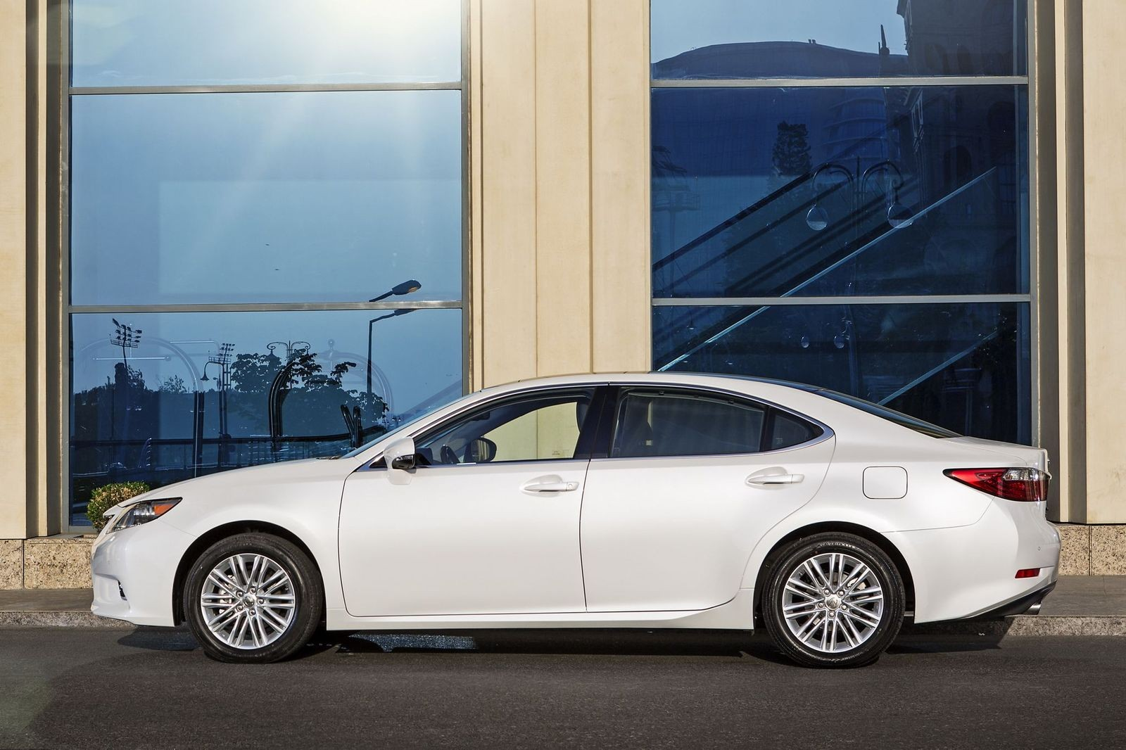 Дорого купить, дешево содержать: стоит ли покупать Lexus ES VI за 1,7 миллиона рублей