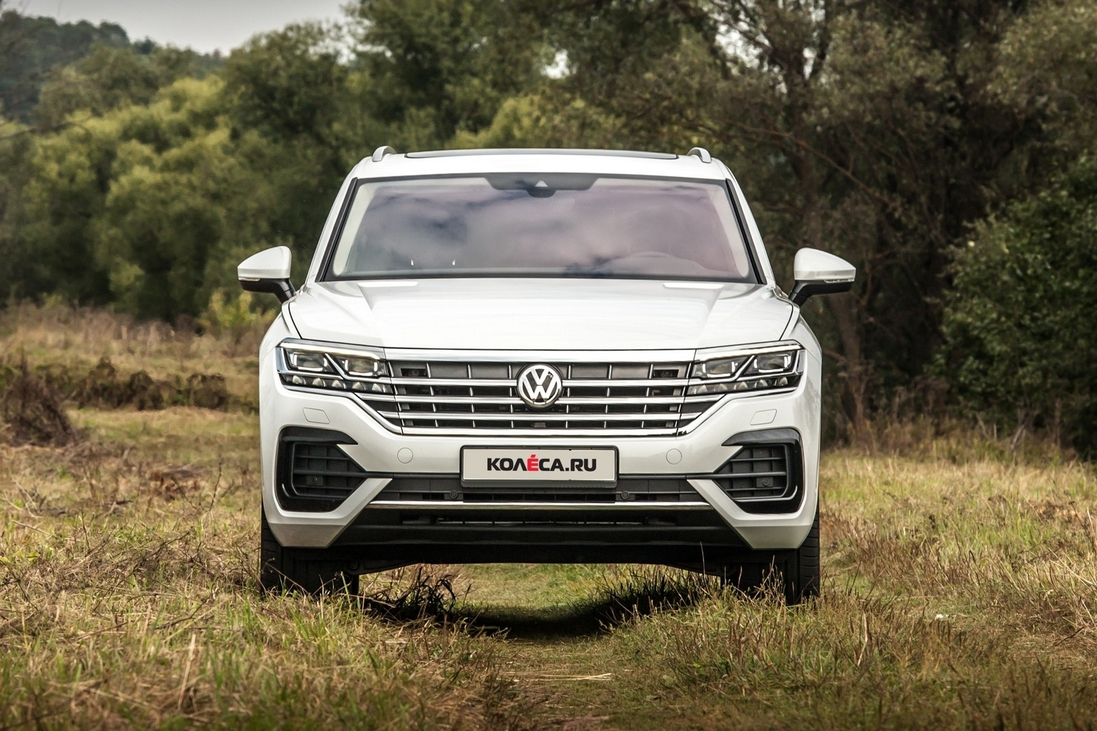 Volkswagen Touareg белый спереди