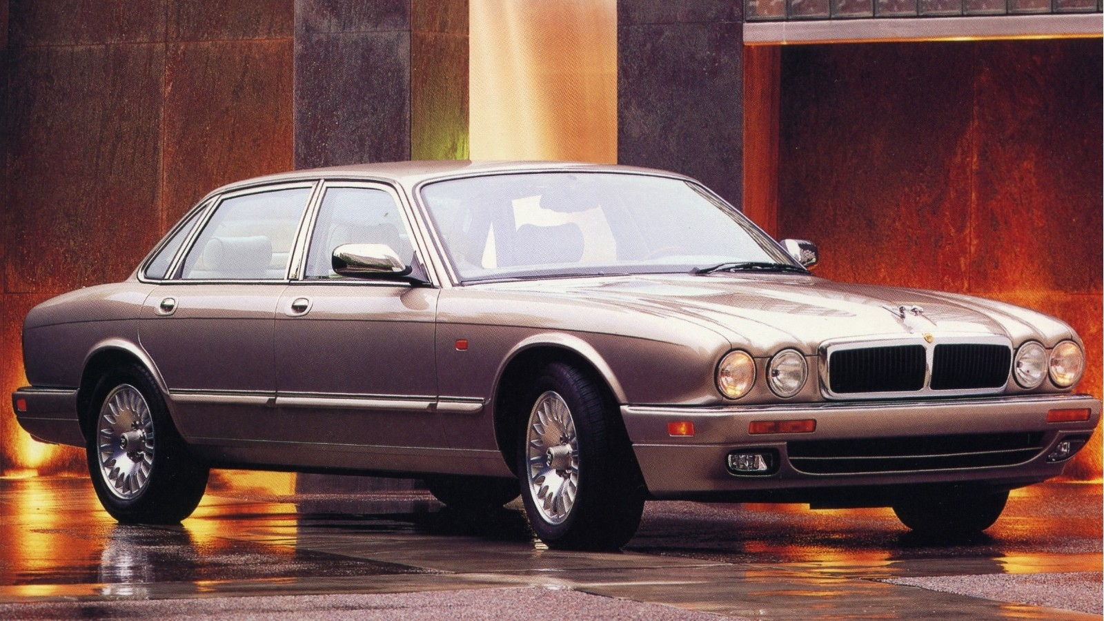 На фото: Jaguar Sovereign (X300) '1994