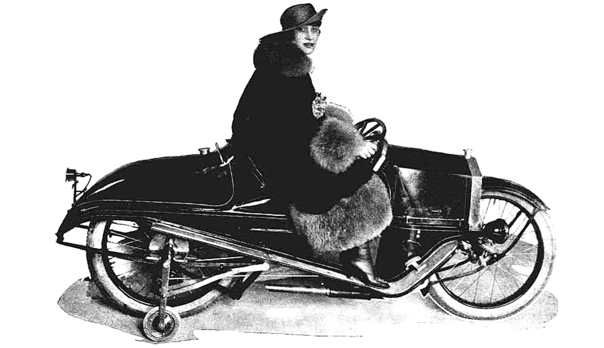 Хильда Ванн на монокаре Moore