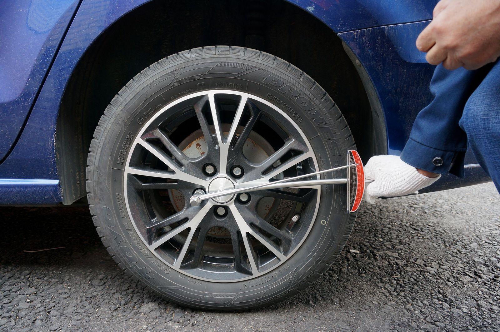 Почему аккумуляторный гайковерт не может открутить колесо?