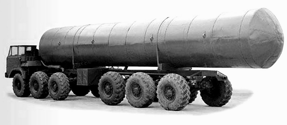 Автомобиль-шасси И-103 с имитатором ракетной пусковой установки (из архива НИИЦ АТ)