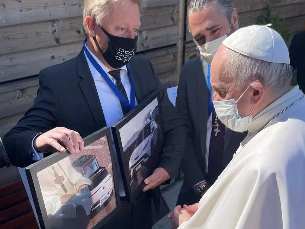 Святой зарок: Хенрик Фискер пообещал Папе Римскому кроссовер Ocean с будкой