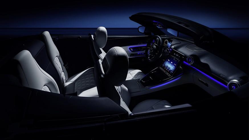 Mercedes-AMG показала интерьер SL: второй ряд сидений и меняющий угол наклона экран мультимедиа