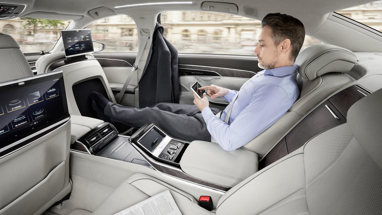 Сидя в этом кресле пассажир может греть и массировать ступни ног на блоке со множеством настроек, встроенном в спинку переднего сиденья.