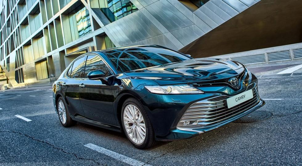 На фото: Toyota Camry нового поколения. В РФ продажи модели восьмой генерации стартовали в апреле 2018 года