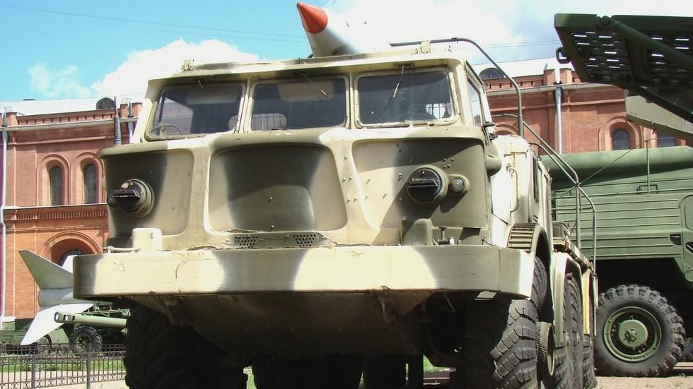 Серийное шасси ЗИЛ-135ЛМ со стеклопластиковой кабиной (фото автора)