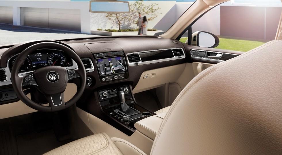 На фото: интерьер нынешнего Volkswagen Touareg