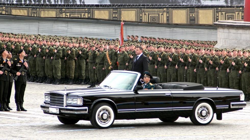 Министр А. Э. Сердюков принимает парад на новом автомобиле ЗИЛ-41041 АМГ. 2010 год