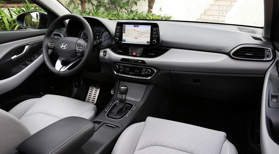 На фото: интерьер обычного Hyundai i30 нового поколения