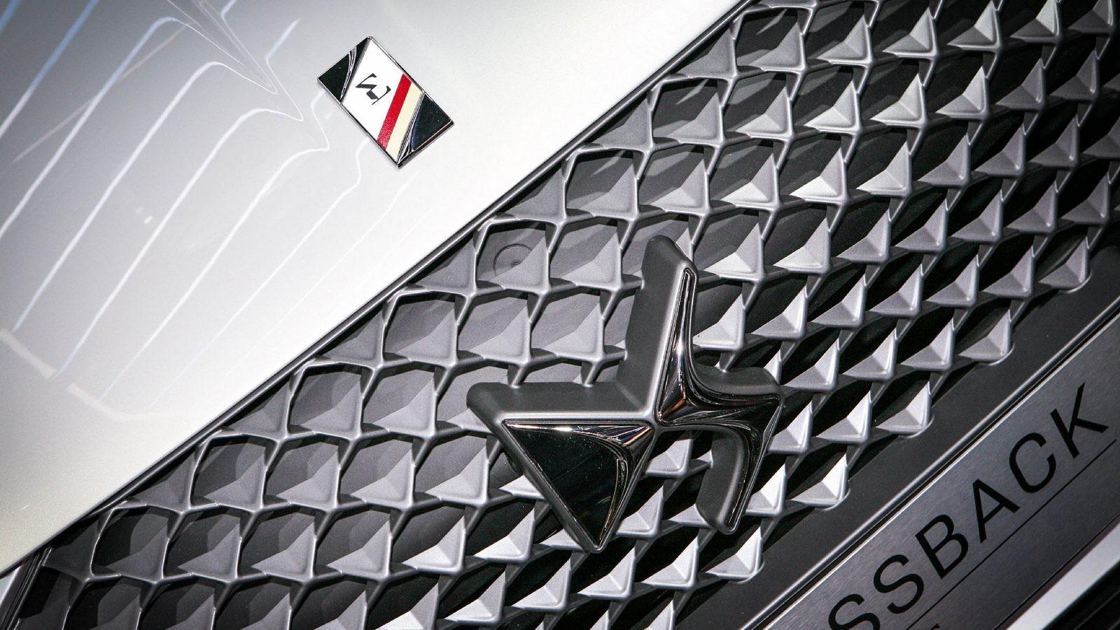 DS3 Crossback белый решетка радиатора