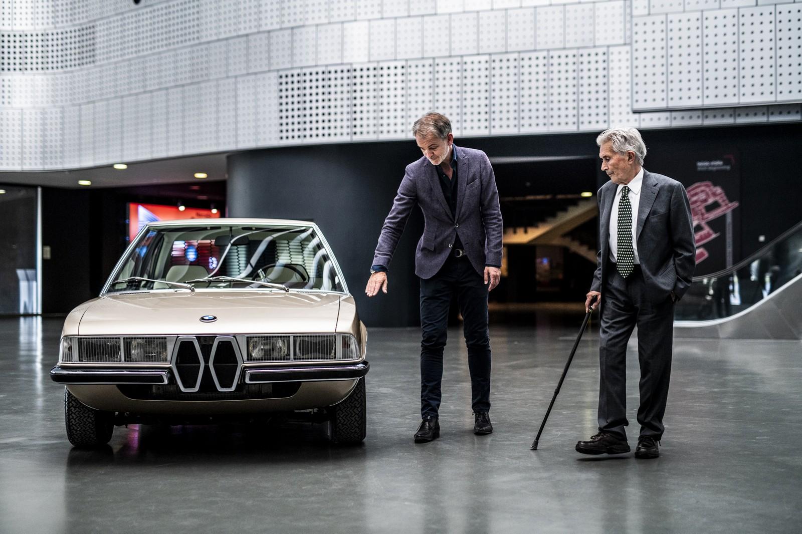 Адриан ван Хойдонк и Марчелло Гандини рассматривают воссозданное купе BMW Garmisch.
