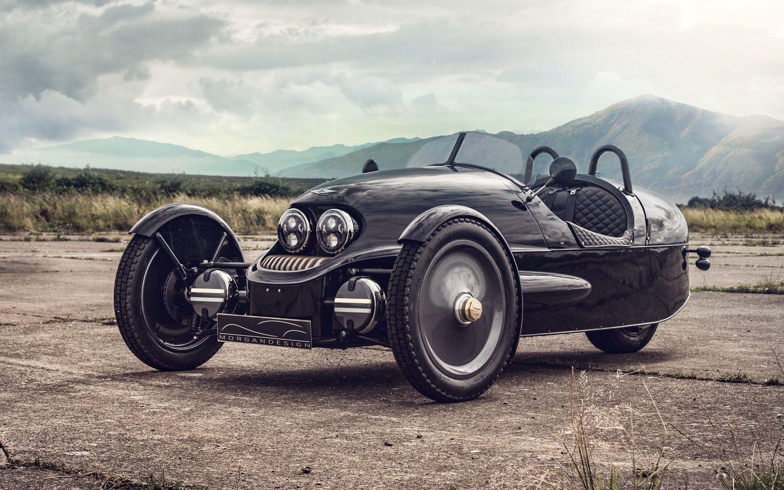 Morgan EV3 весит всего 500 кг благодаря скромным габаритам и деревянному каркасу, обшитому углепластиковыми панелями (на машинах с ДВС панели алюминиевые).