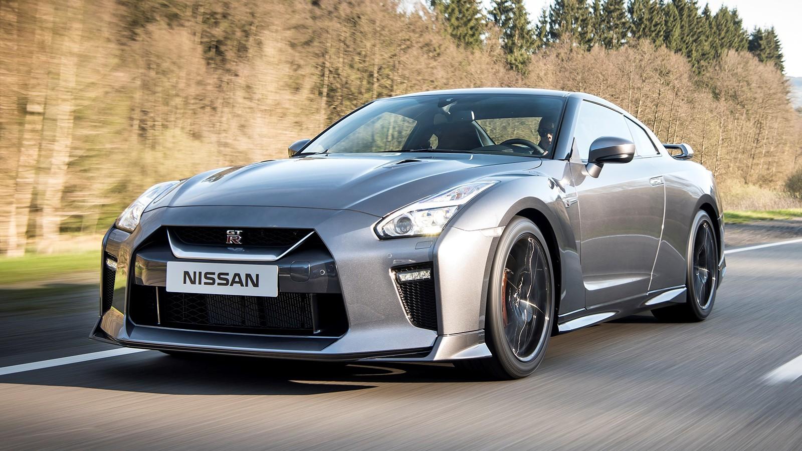Nissan GT-R оснащён 570-сильным V6, в версии Nismo суперкар укомплектован 600-сильным мотором